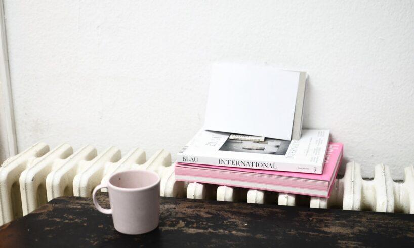 Bøger ligger ovenpå radiator