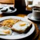 Brunch med æg og kaffe