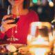 Dame på date med vinglas i hånden