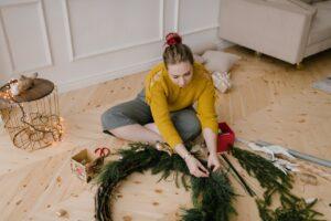 Dame pynter op til jul i sit hjem