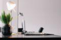 Flot skrivebord med lampe plante og computer