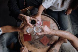 Folk skåler i øl til fest