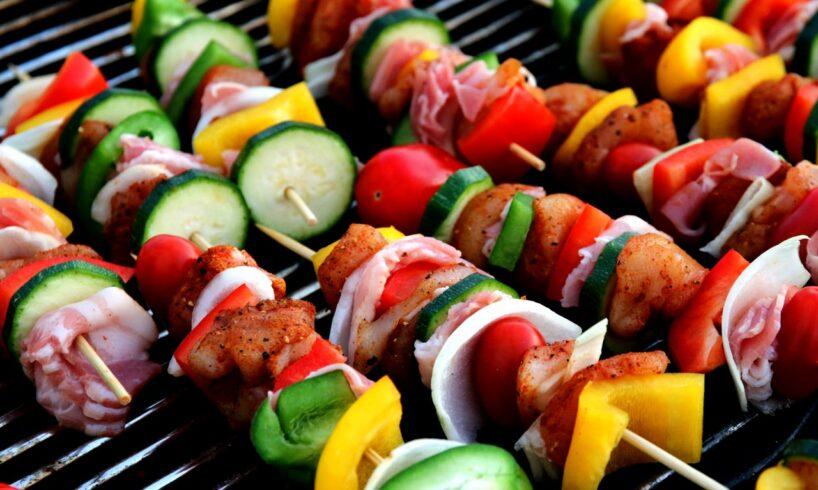 Grillmad lavet på grill med grønsager og kød
