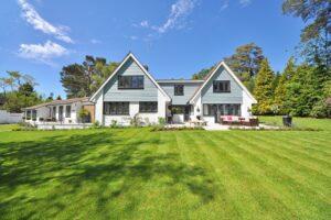 Hus med stor grøn græsplæne