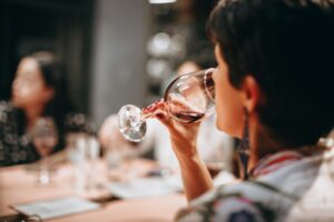 Kvinde drikker vin på restaurant