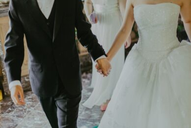 Mand og dame er nygifte og holder i hånden