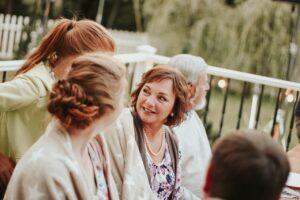 Mennesker taler sammen til fest i haver sammen til fest i have