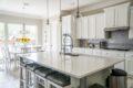 Moderne hvidt køkken med sollys