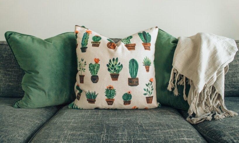 Sofa med sofapuder der er grønne