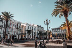 Spansk gade med hvide bygninger