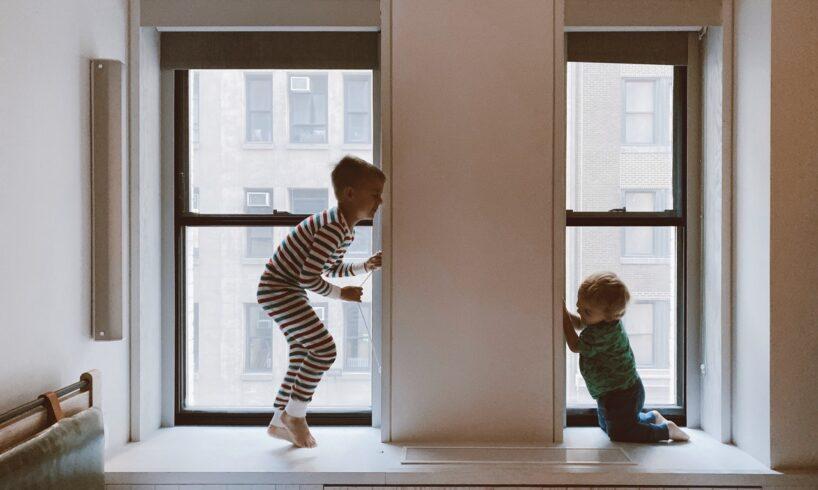 To børn leger i soveværelse