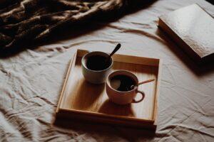 To kopper kaffe står på sengen