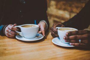 To personer er på cafe sammen og har smykker på