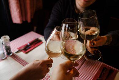 Udenlandsk hvidvin bliver drukket