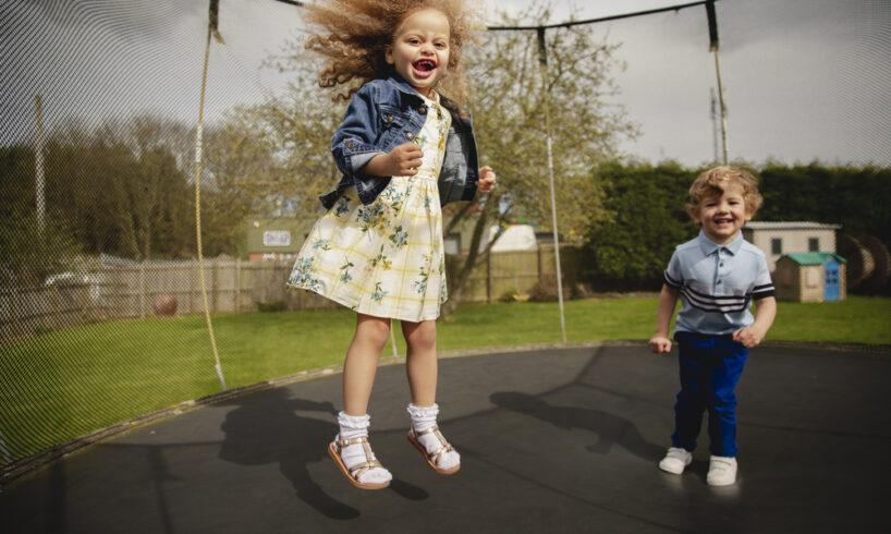 børn der hopper på trampolin