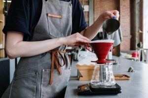 Person laver filterkaffe
